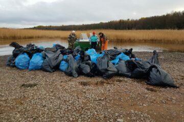 2,5 тонны мусора вывезли на лодках эковолонтеры с далекого острова в заказнике Кивипарк